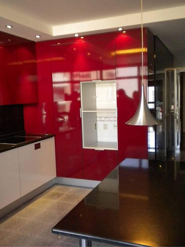 """Apartamento """"Avenida"""": Cozinhas modernas por ribau margaça _ arquitetura"""