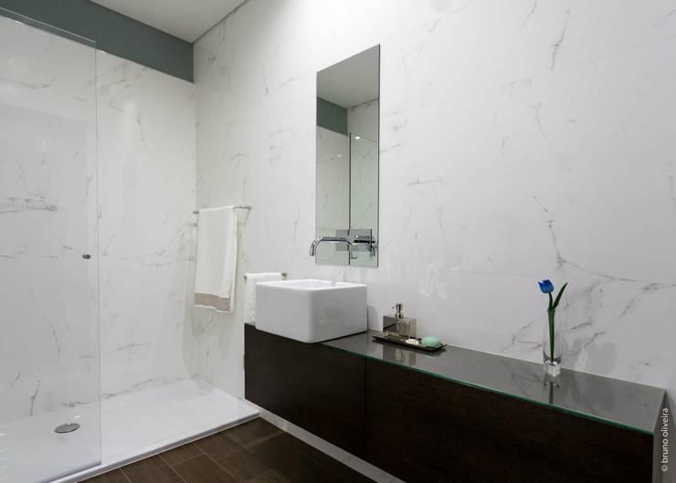 Bagno in stile in stile Moderno di bo | bruno oliveira, arquitectura