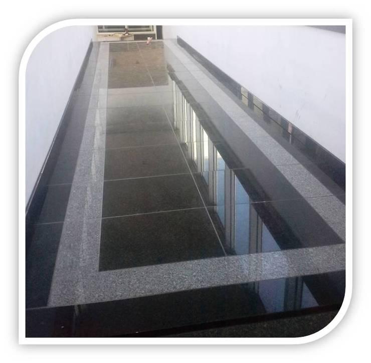 Revestimento de piso em Granito: Corredores e halls de entrada  por BELGRAN, LDA