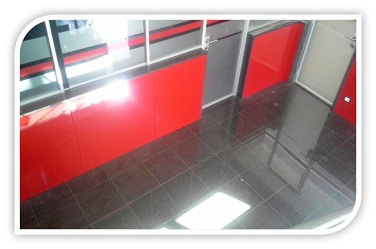 Revestimento de piso em Granito: Closets  por BELGRAN, LDA