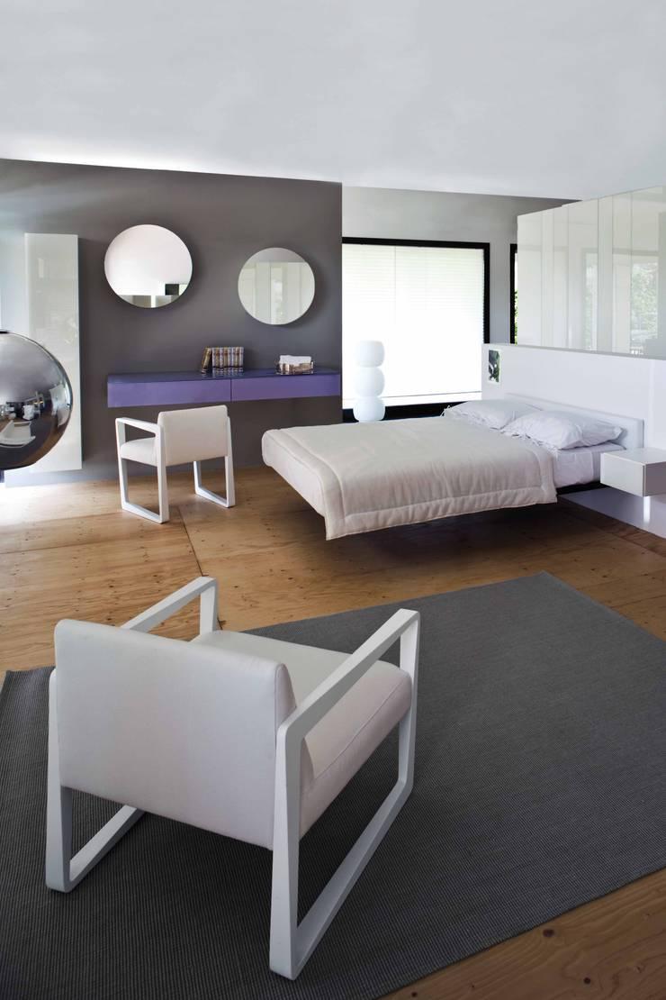Poltrona ASKEW: Dormitorios de estilo moderno por Michael Thonet