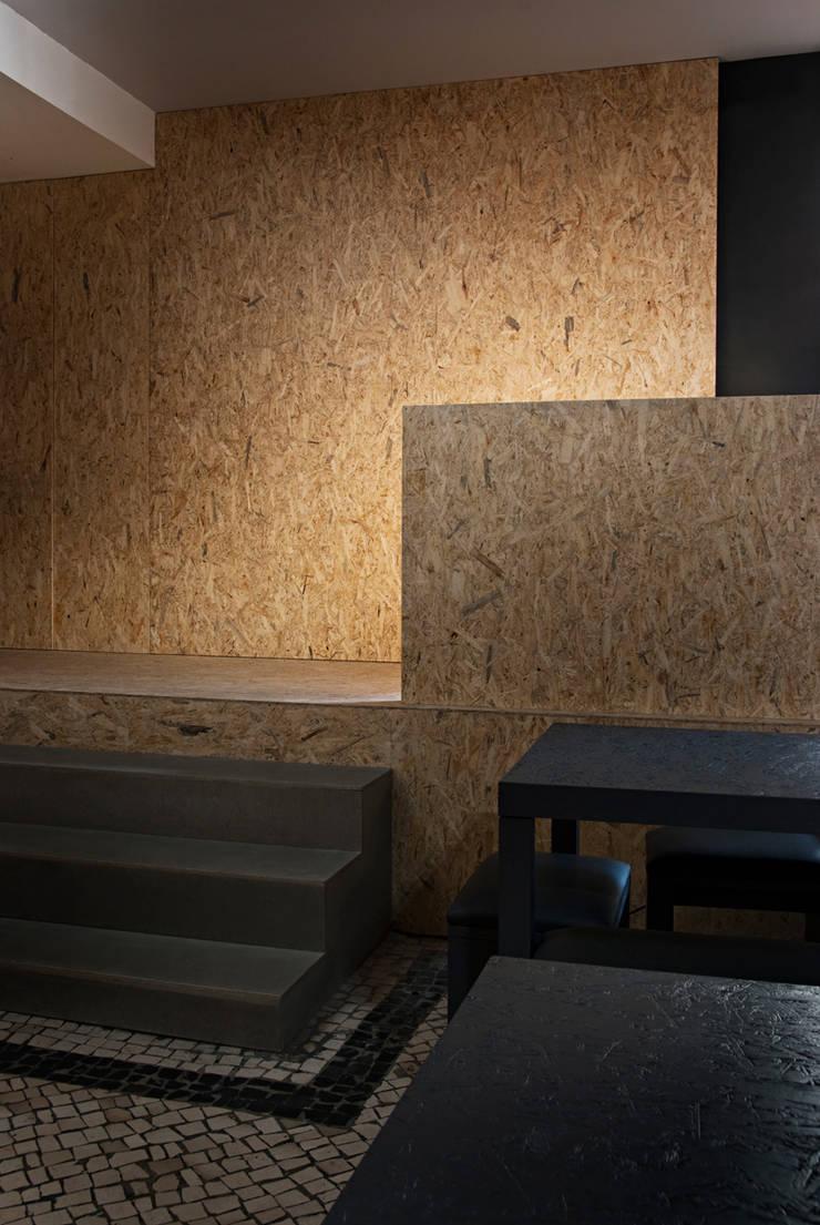 Beerplace SJM: Bares e clubes  por ad+r Creative Studio