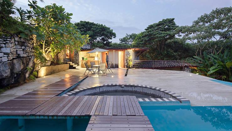 Piscina 3: Albercas de estilo  por Komoni Arquitectos