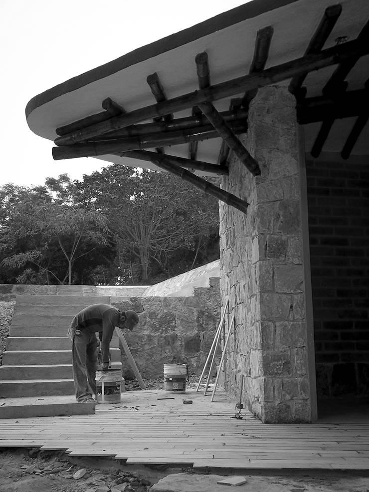 Foto 1:  de estilo  por Komoni Arquitectos