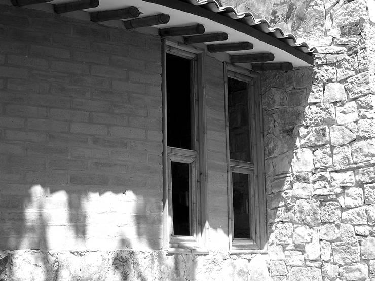 Foto 2:  de estilo  por Komoni Arquitectos