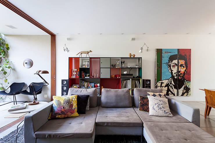 A nova casa de Felipe Jaeger: Sala de estar  por Casa de Valentina