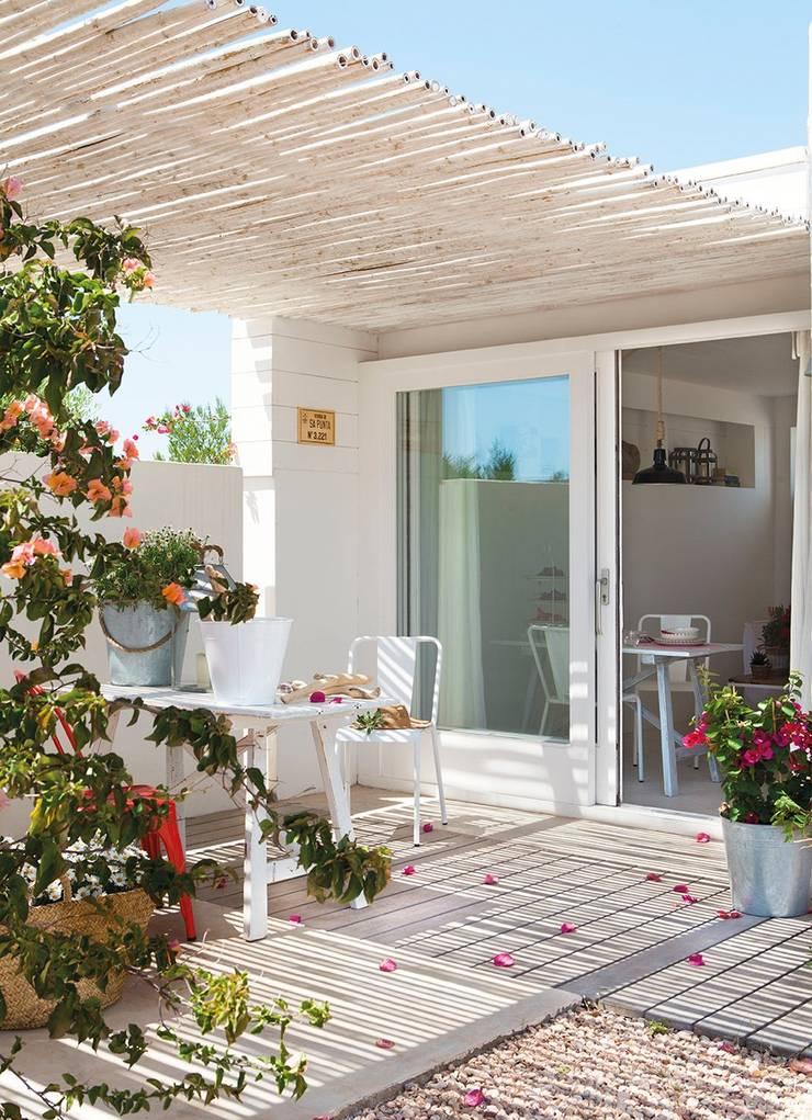 Um chalé romântico na praia: Varanda, alpendre e terraço  por Casa de Valentina