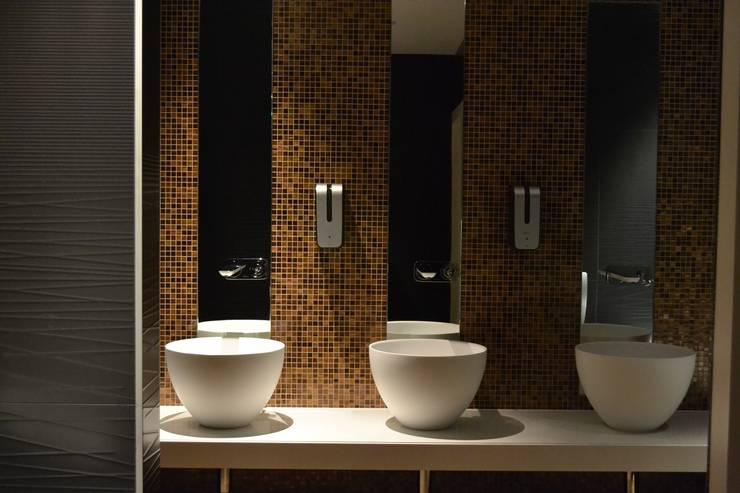 Casa de Banho com Fuoco SANTA HELENA: Hotéis  por Elements Mosaic