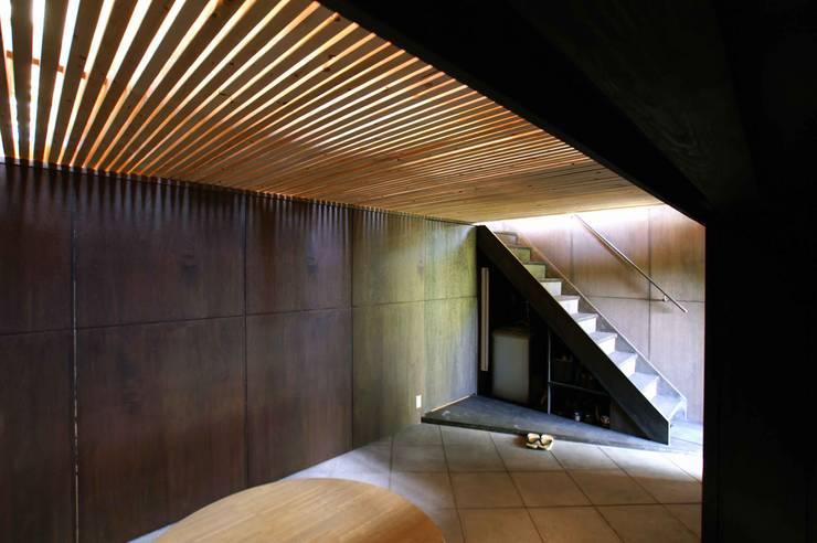 簀の子から光が漏れる: 樋口善信建築計画事務所が手掛けた書斎です。