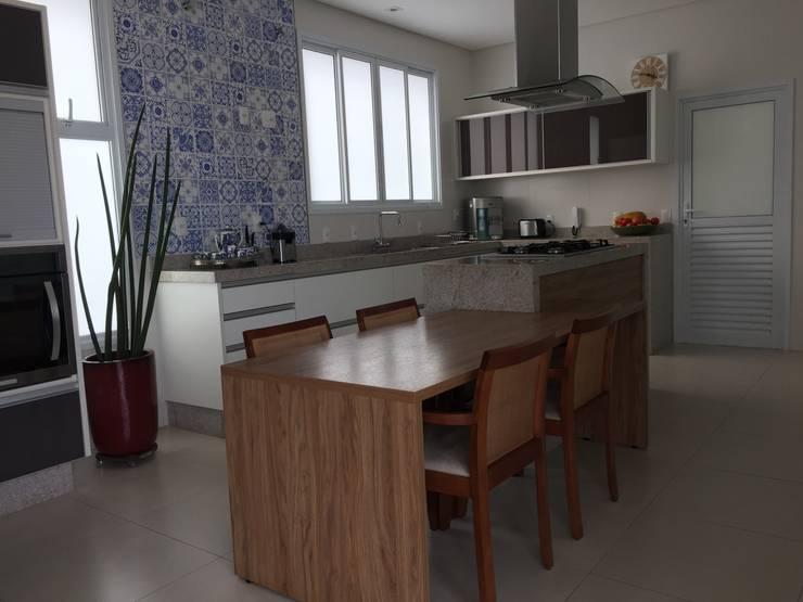 RESIDÊNCIA A | W: Cozinhas  por ALESSANDRA ORSI - Arquitetura + Interiores