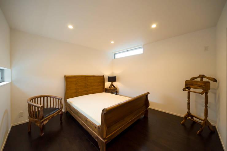緑洞の家 寝室: フォーレストデザイン一級建築士事務所が手掛けたです。
