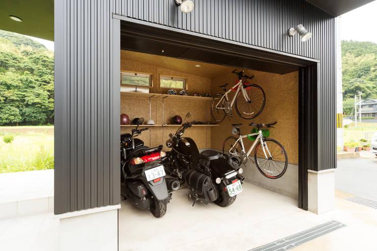 バイクガレージのある家 バイクガレージ: フォーレストデザイン一級建築士事務所が手掛けたです。
