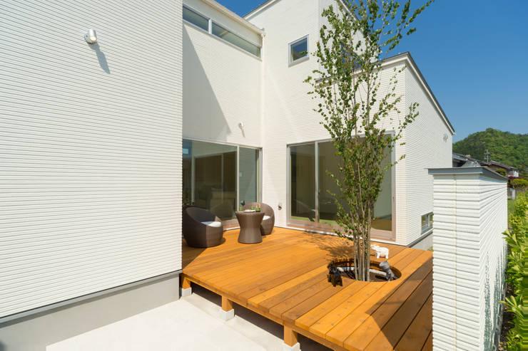 囲い庭の家 デッキテラス: フォーレストデザイン一級建築士事務所が手掛けたです。