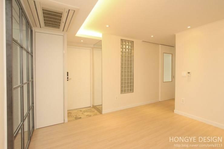 주말에 부부가 함께 요리할 수 있는 공간_25py주택: 홍예디자인의  복도 & 현관