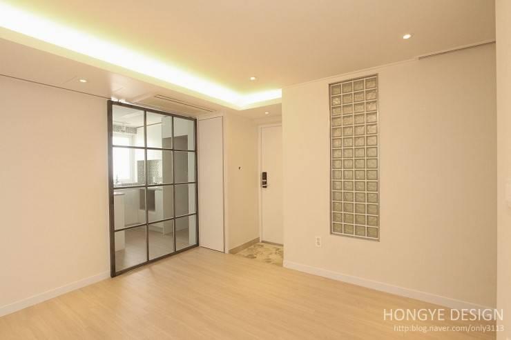 주말에 부부가 함께 요리할 수 있는 공간_25py주택: 홍예디자인의  거실