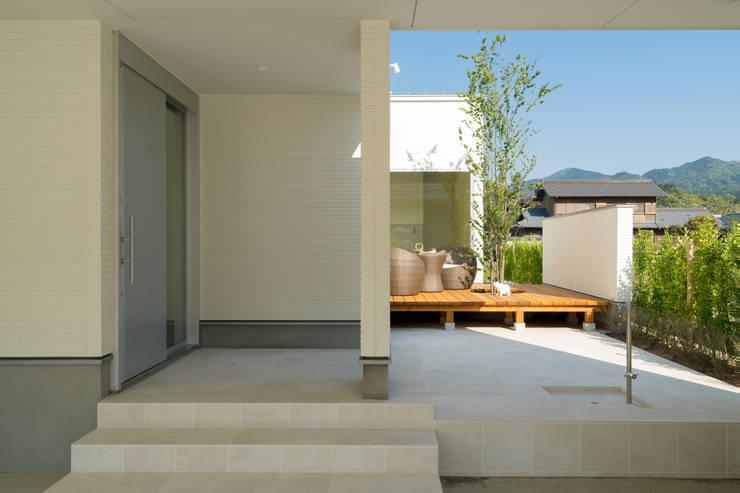 囲い庭の家 玄関 の フォーレストデザイン一級建築士事務所