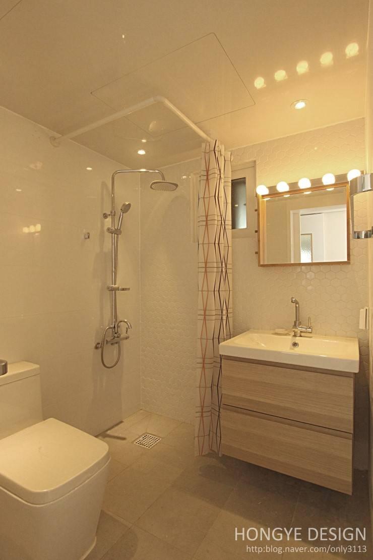 주말에 부부가 함께 요리할 수 있는 공간_25py주택: 홍예디자인의  욕실