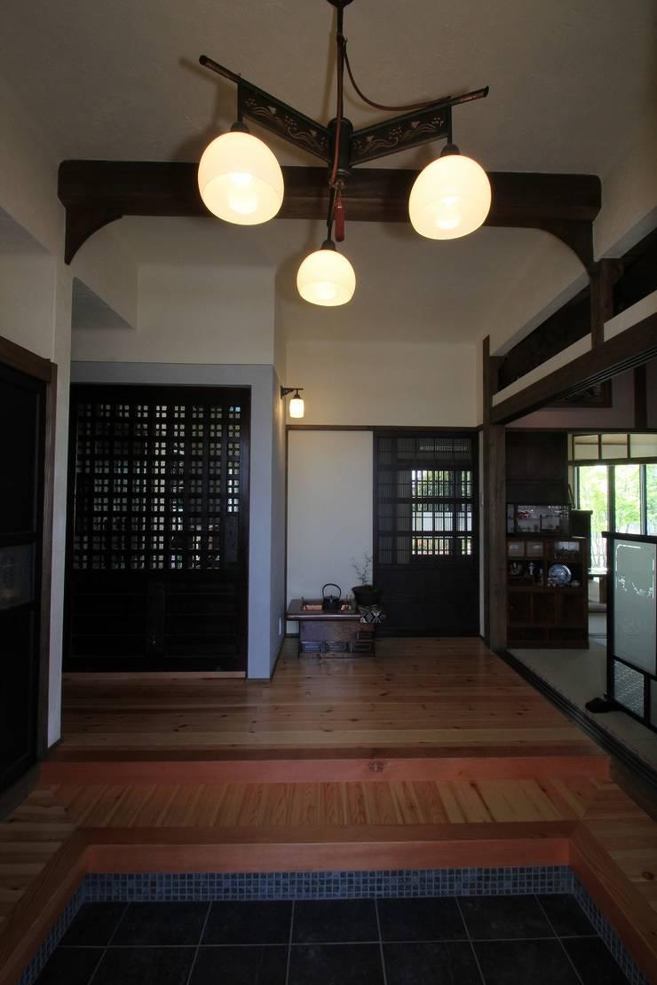 骨董建具の家: 大出設計工房 OHDE ARCHITECT STUDIOが手掛けた廊下 & 玄関です。,クラシック