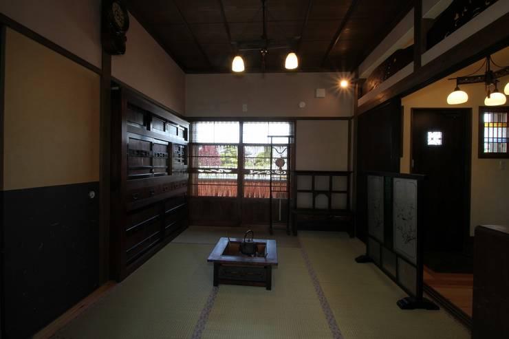 骨董建具の家: 大出設計工房 OHDE ARCHITECT STUDIOが手掛けた和室です。