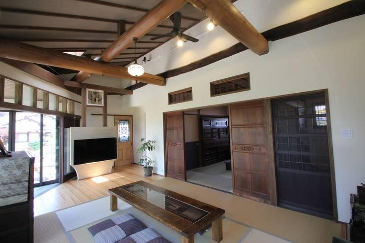 骨董建具の家: 大出設計工房 OHDE ARCHITECT STUDIOが手掛けたリビングです。,クラシック