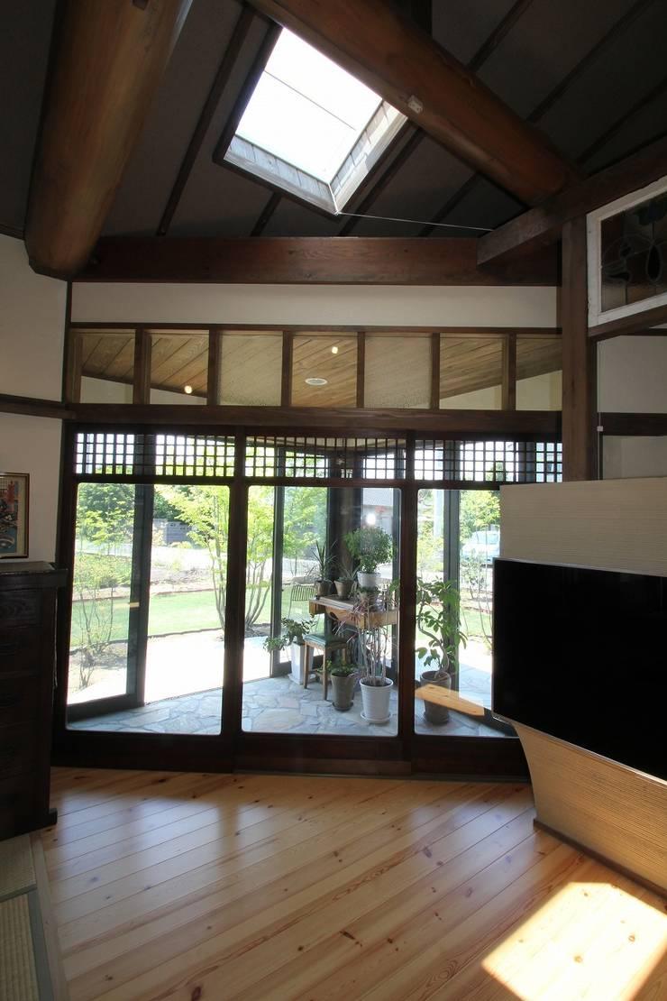 骨董建具の家: 大出設計工房 OHDE ARCHITECT STUDIOが手掛けたリビングです。