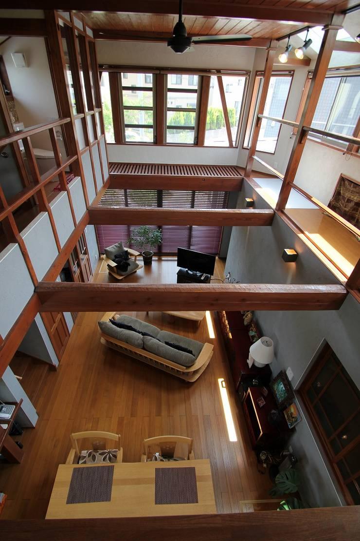 霞ヶ浦の家: 大出設計工房 OHDE ARCHITECT STUDIOが手掛けたリビングです。