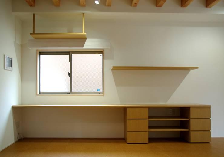 リビング棚: 株式会社 岡﨑建築設計室が手掛けたリビングです。