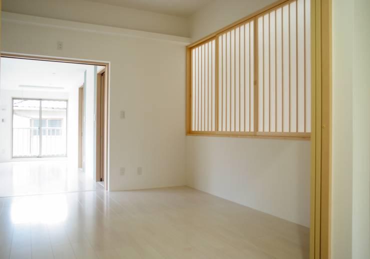 寝室: 株式会社 岡﨑建築設計室が手掛けた寝室です。