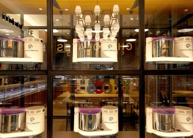 VANILLA BEANS みなとみらい本店: EMBODYDESIGNが手掛けた窓です。
