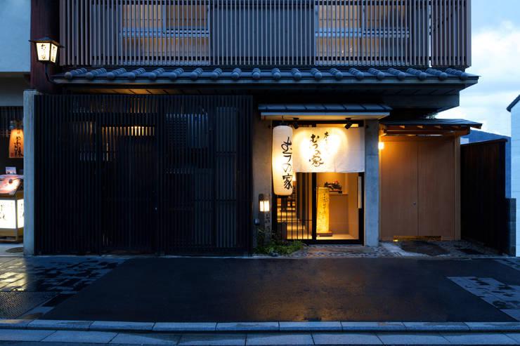 店舗エントランス: 株式会社 岡﨑建築設計室が手掛けた家です。