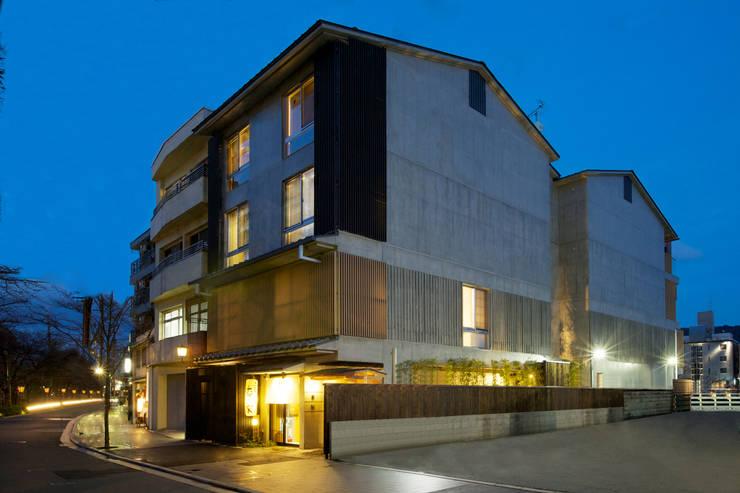 夜景外観側面: 株式会社 岡﨑建築設計室が手掛けた家です。