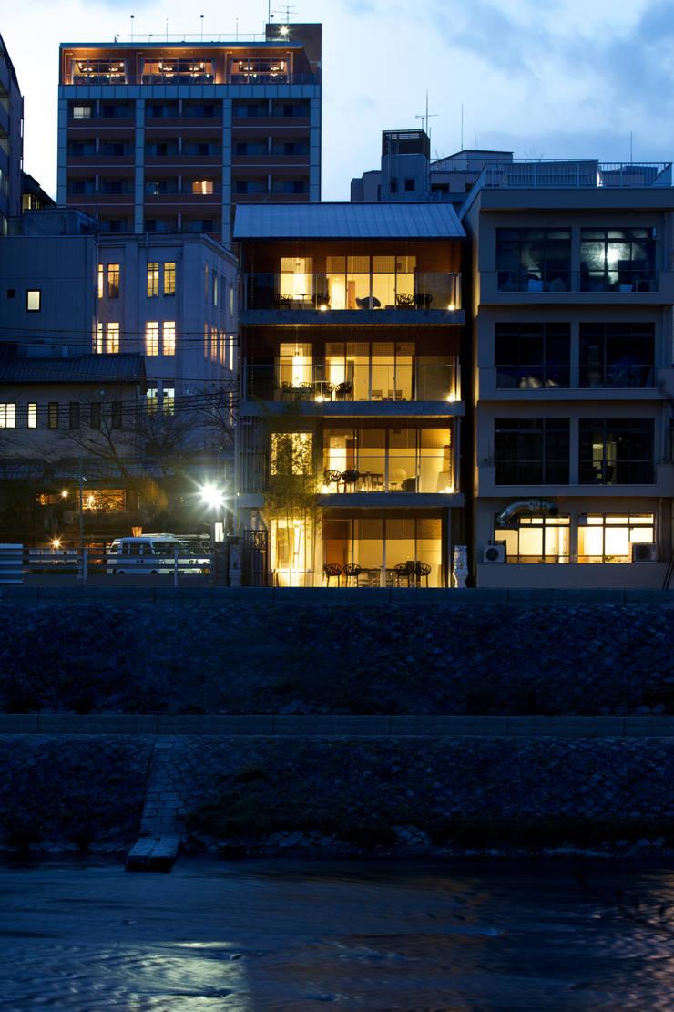 鴨川からの夜景外観: 株式会社 岡﨑建築設計室が手掛けた家です。
