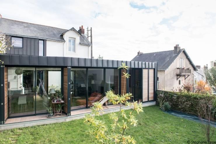 Casas de estilo  de LAUS architectes