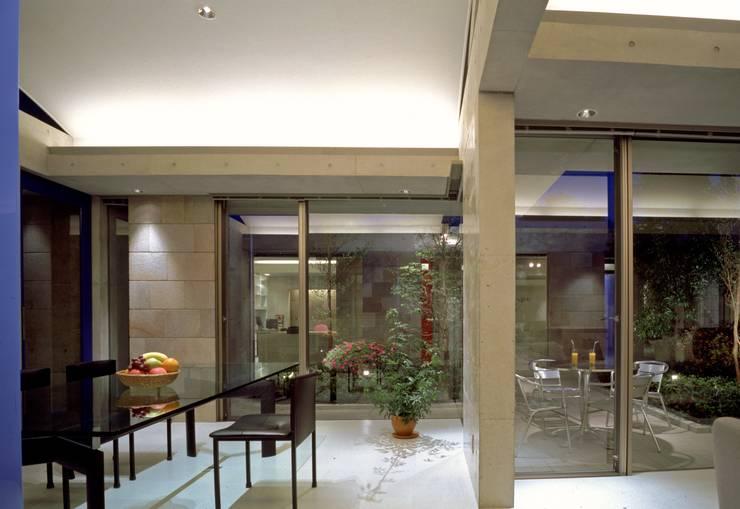 回廊コートの家: AMO設計事務所が手掛けたです。,