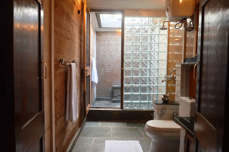 Bhatia Farm Residence:  Bathroom by The Vrindavan Project