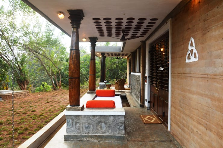 Bhatia Farm Residence:  Terrace by The Vrindavan Project