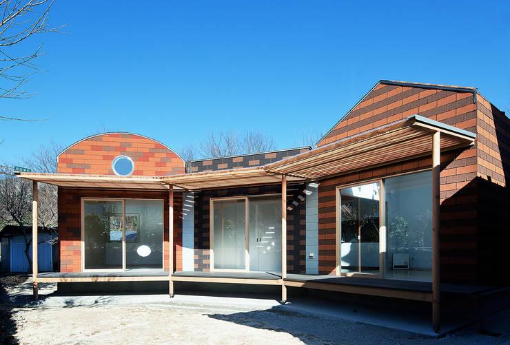 庭側外観。3棟が扇型に連なる: 河原泰建築研究室が手掛けたです。