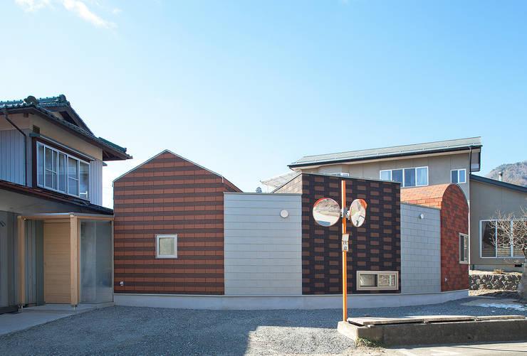 駐車場側外観。母屋とつながるところが玄関: 河原泰建築研究室が手掛けたです。