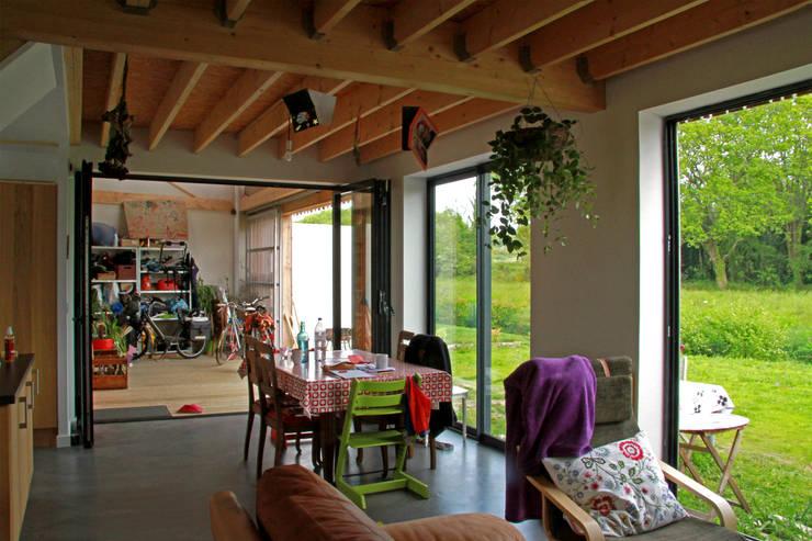 Mini/Maxi: Salon de style  par LAUS architectes