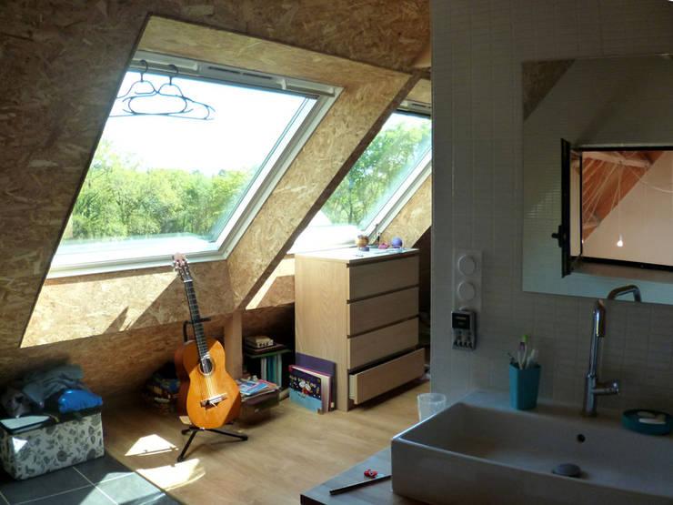Mini/Maxi: Chambre de style  par LAUS architectes