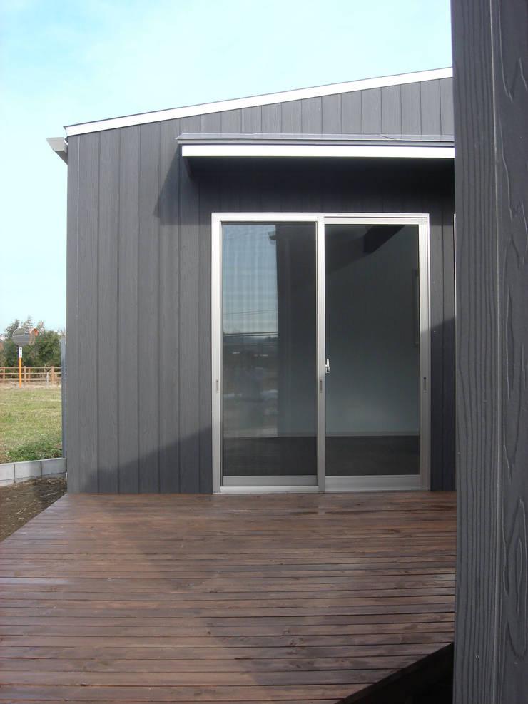 集まるイレモノ: OZAWA設計室一級建築士事務所が手掛けたテラス・ベランダです。,