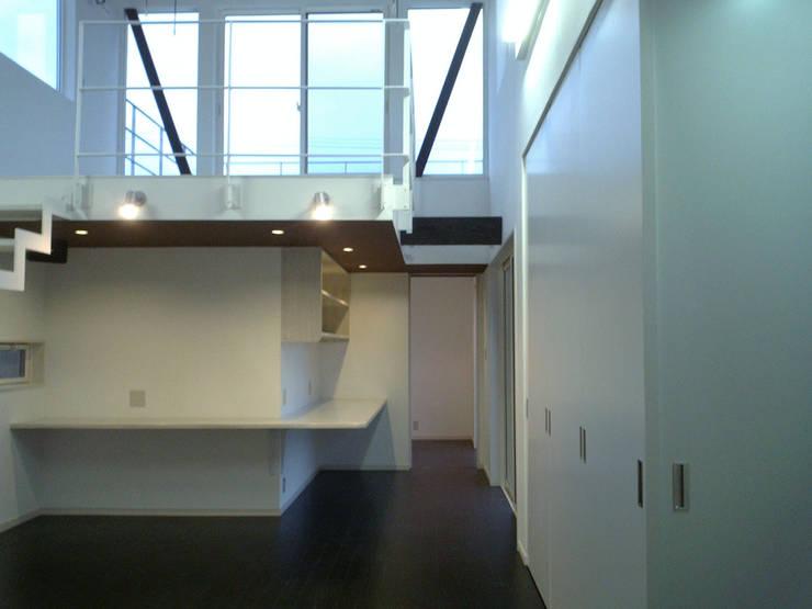 集まるイレモノ: OZAWA設計室一級建築士事務所が手掛けたリビングです。,