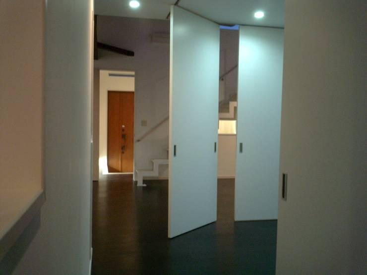 集まるイレモノ: OZAWA設計室一級建築士事務所が手掛けた廊下 & 玄関です。,