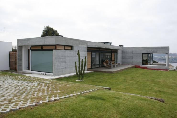 VIVIENDA UNIFAMILIAR EN LA PLAYA DE ESPIÑEIRO: Casas de estilo  de EPB42 Arquitectura y Planeamiento, S.L