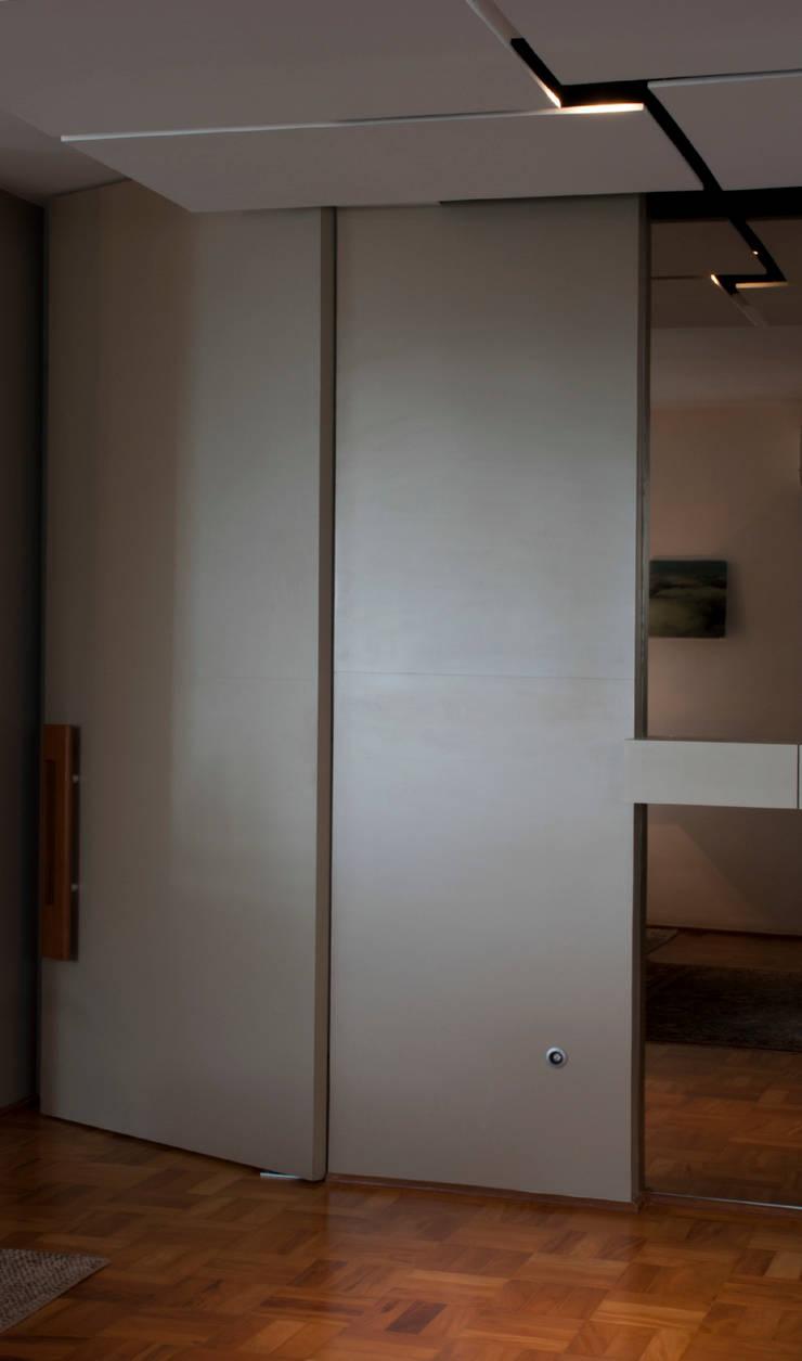 Interior | Apartamento – V: Corredores e halls de entrada  por ARQdonini Arquitetos Associados