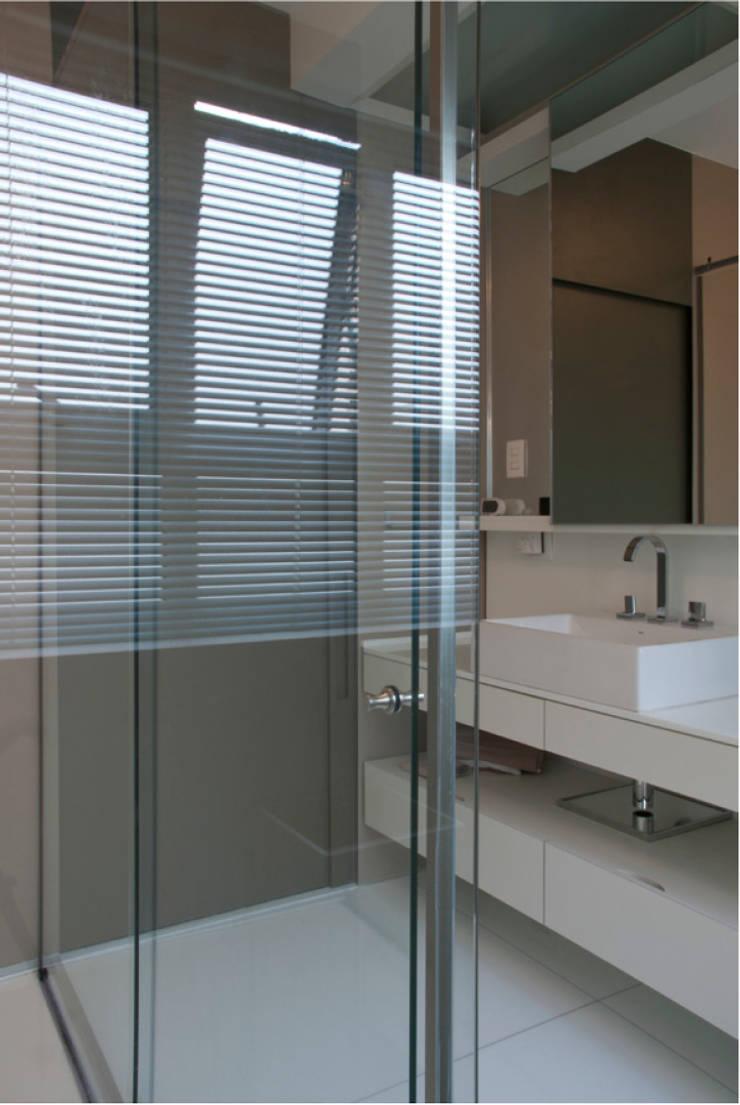Interior | Apartamento – V: Banheiros modernos por ARQdonini Arquitetos Associados