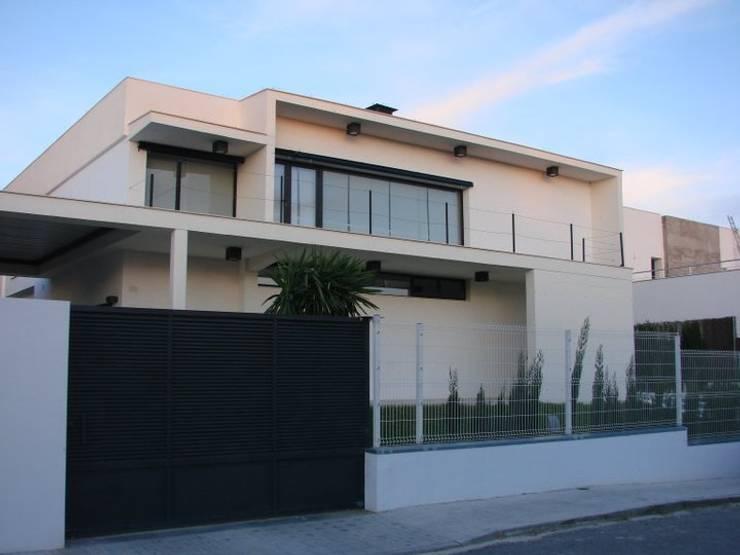 Vivienda Julio Galio, 13: Casas de estilo  de Soluziona Arquitectura