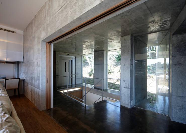 floating: 大井立夫設計工房が手掛けた廊下 & 玄関です。,