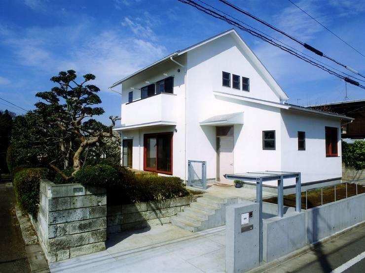 本棚に囲まれた一室空間の家: 一級建築士事務所 株式会社 空間スタジオが手掛けた家です。