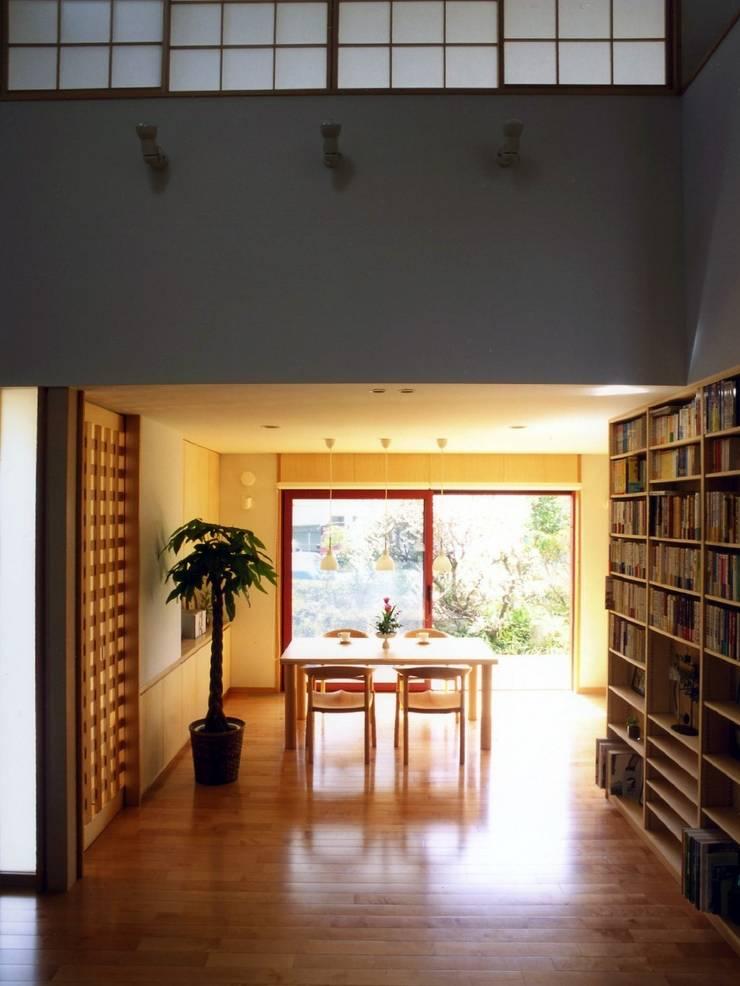本棚に囲まれた一室空間の家: 一級建築士事務所 株式会社 空間スタジオが手掛けたダイニングです。